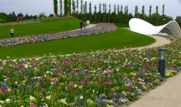 The-magnificent-grassy-setting-of-the-Floriade-Theatre