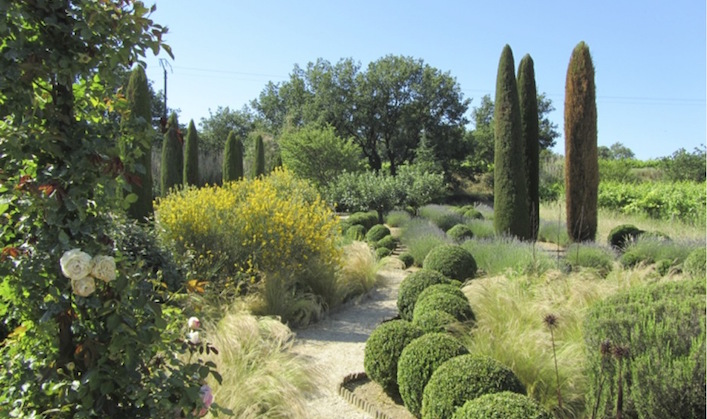 The-theatrical-back-area-Provence-garden1