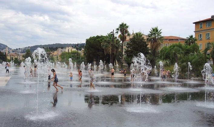 10-having-fun-in-the-water-Promenade-du-Paillon-Nice-1
